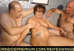REIFE SWINGER - Curvy granny yon glasses threeway sex